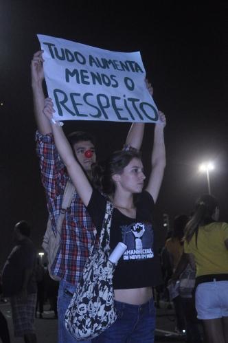 Os jovens levantam seus cartazes durante a manifestação  pacífica (Foto: Cristiano Kubis)
