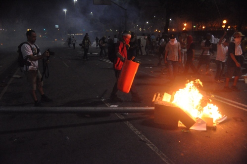 Após a paz, Manifestantes queimam radares na Av. Presidente Vargas