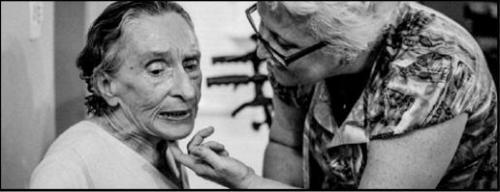 Iara (à direita) realiza semanalmente oficina de memória com os idosos