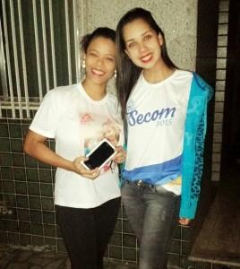 Dióice Lopes Vieira, ganhadora do Iphone 6 e Desirée Aguiar, aluna da UVA.
