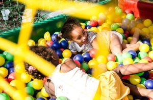 Crianças da comunidade brincando (foto: Isabel Gaudard)