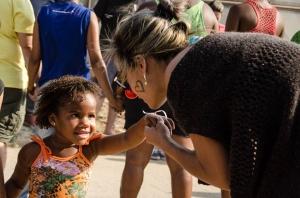 Voluntária brinca com criança da comunidade (foto: Isabel Gaudard)