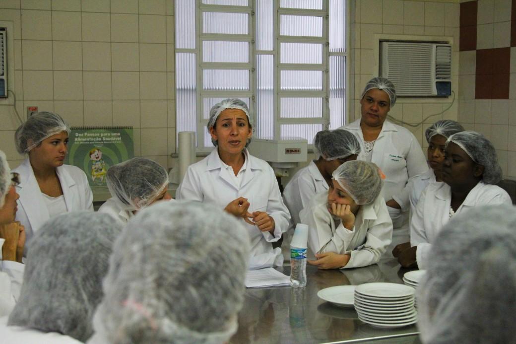 Professora Luciana Manhães durante minicurso no laboratório de nutrição