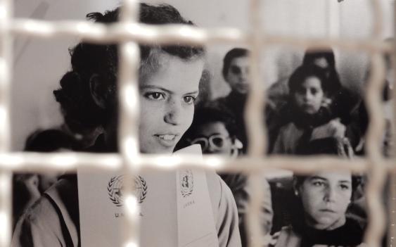 Umaescola para meninas estabelecida pela UNRWA (entre as grades da exposição)