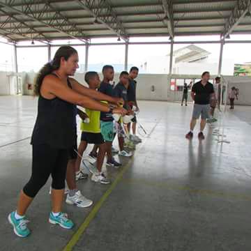 Amanda Tavares ensinando movimento para os alunos.