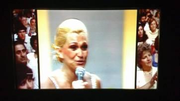 02 Hebe apresentando na TV