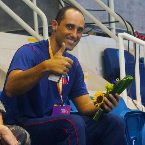 Capitão Falcão (direita) feliz com o presente [Foto: Iago Moreira/Agência UVA]