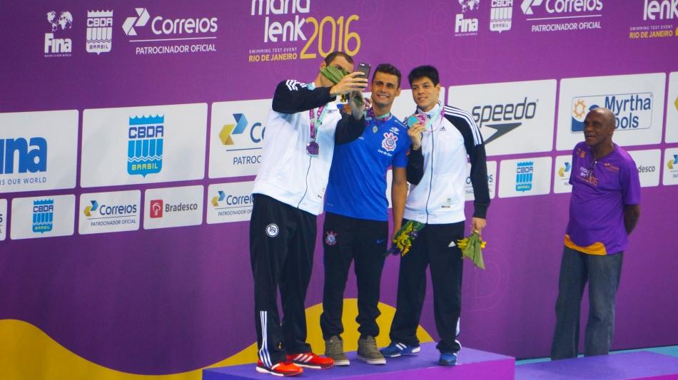 Guilherme Guido (Esq.), Leonardo de Deus (Cent.) e Fabio Santi (Dir.) tiram selfie para comemorar o resultado da prova