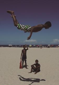 Fabio Teixeira. Salto em Copacabana (menino brinca de saltar na praia de Copacabana, Zona Sul da cidade do Rio de Janeiro), 2013. Col. do artist