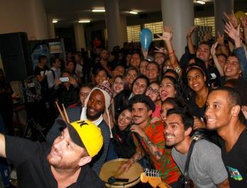 Após o show, o grupo tirou uma grande Selfie com os fãs. [foto: Iago Moreira/ Agência UVA]