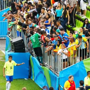 Jogadores brasileiros foram até a torcida atender pedidos dos fãs. [foto: Iago Moreira/ Agência UVA].