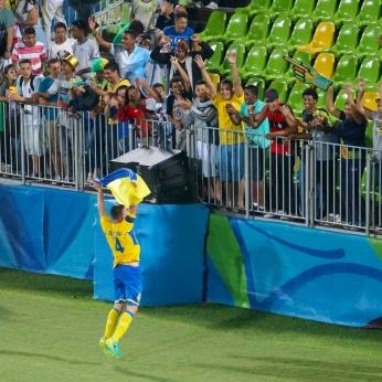 Jogador ucraniano comemorando vitória com torcedores brasileiros. [foto: Iago Moreira/ Agência UVA].