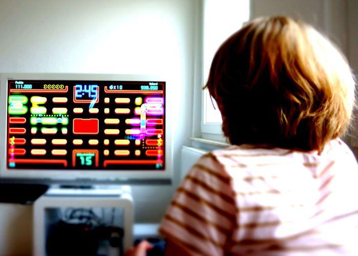 1280px-Girl_plays_Pac_Man.JPG