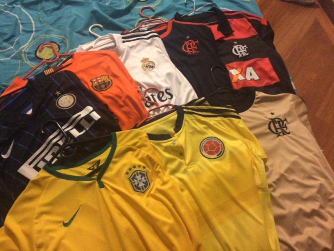 Coleção de camisas de time do Thiago. Foto: Zahyr Neto / Agência UVA