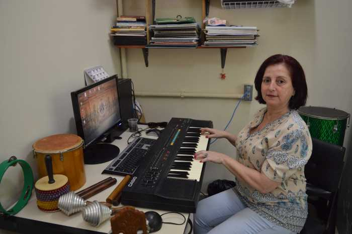 A musicoterapeuta Mariângela Aparecida Rezende Aleixo na sala de Musicoterapia do CDA. Foto: Camila Porto.