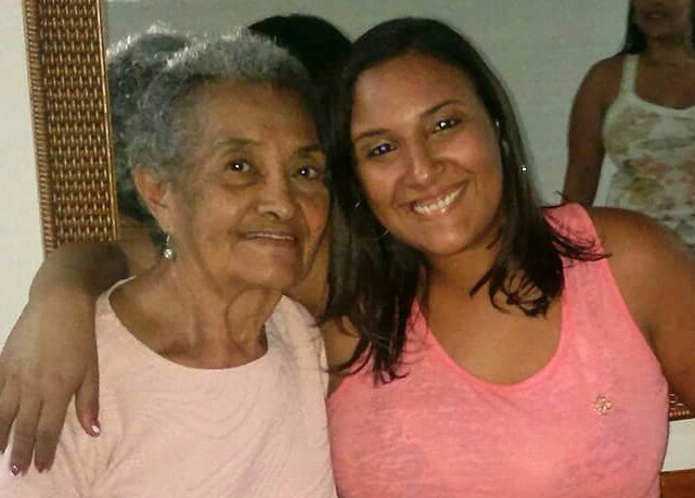 Lívia e a avó. [Foto: Arquivo pessoal]