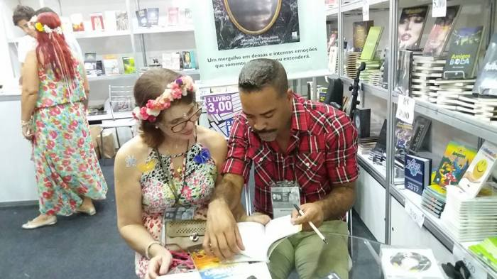 Bruno Black assinando 'Perdas e Ganhos' para uma leitora na Bienal deste ano. Foto: Rede social