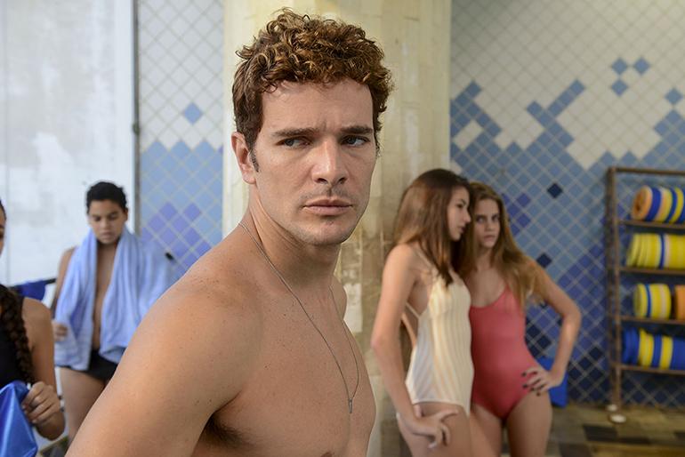Daniel Oliveira vive um professor de natação acusado de abuso no novo filme de Carolina Jabor