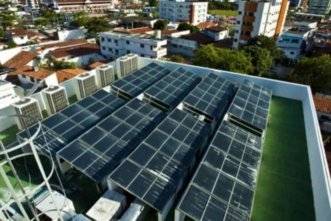 Painéis de captação de energia solar para aquecimento de água no Verde Green Hotel, em João Pessoa-PB (Toddy Holland)