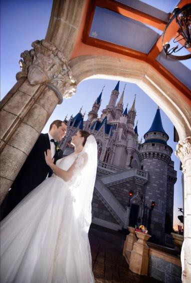 Bruna e noivo em frente ao tradicional castelo da Cinderela, no parque temático Magic Kingdon.Foto: Arquivo pessoal