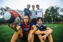 Caio, vestindo camisa do Real Madrid, e seus amigos do colégio. Foto: acervo pessoal