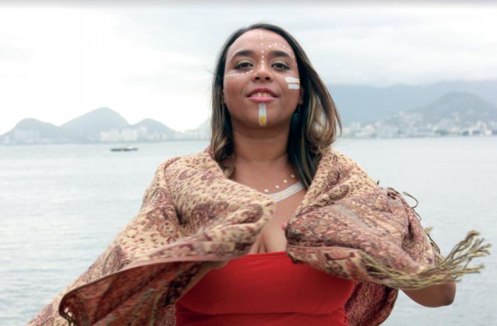 Rosa durante um ensaio fotográfico com maquiagem africana. Foto: Nincow Luciano / Arquivo pessoal