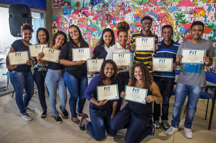 Alunos celebram a conquista do diploma recebido Foto Amaury Alves Viva Rio