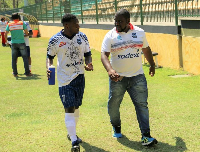 À direita, Wesley Assis passando instruções a um de seus jogadores