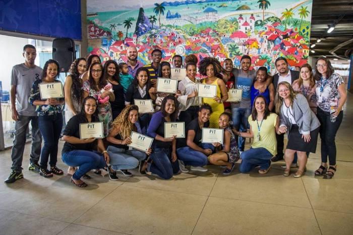 Durante a cerimônia, os alunos se reuniram com a família para registrar o momento Foto Amaury Alves Viva Rio