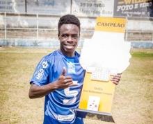 Jean segurando o troféu do título da Copa Alterosa Sub20 de 2016