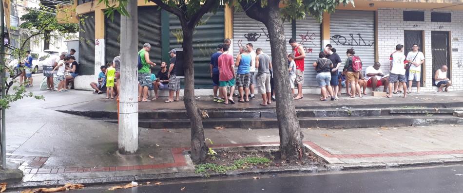 Nem a chuva atrapalha! Colecionadores do álbum da Copa do Mundo se espalham no bairro do Cachambi, no Rio de Janeiro, para a troca de figurinhas. Foto: Kim Oliveira / AgênciaUVA