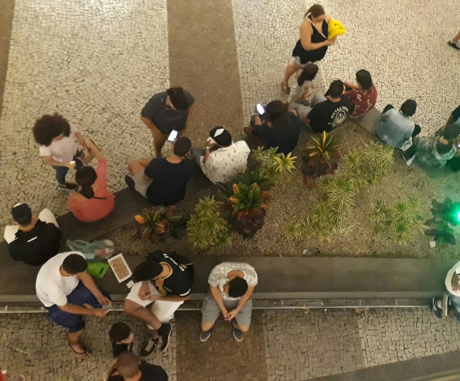 Munidos de celulares, colecionadores fazem o troca-troca de figurinhas do álbum da Copa do Mundo, no Norte Shopping, no Rio. Foto: Kim Oliveira / AgênciaUVA