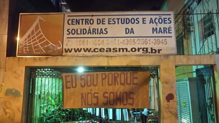 """o cartaz na entrada do CEASM, a filosofia defendida por Marielle Franco: """"Eu sou porque nós somos"""". Foto: Alessandra Borges/ AgênciaUVA"""