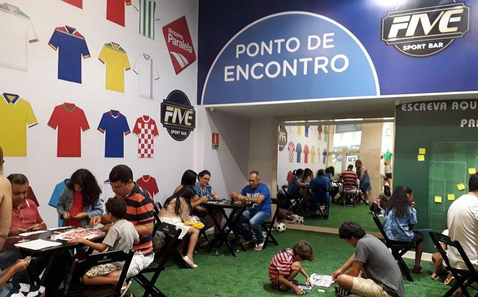 Shopping de Salvador criou uma área especial para garantir o conforto na hora da troca de figurinhas do álbum da Copa do Mundo. Foto: Paralela Shopping / Divulgação