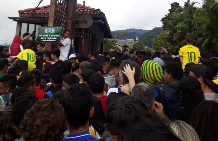 Confusão antes do público entrar na Granja Comary. Foto:Kim Oliveira / AgênciaUVA