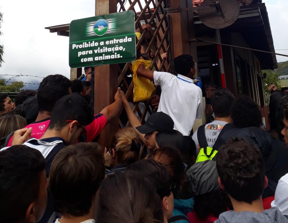 Tumulto de torcedores da Seleção Brasileira em Teresópolis