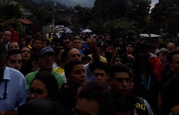 Torcedores da Seleção Brasileira esperando na frente da sede da CBF, em Teresópolis. Foto: Kim Oliveira / AgênciaUVA