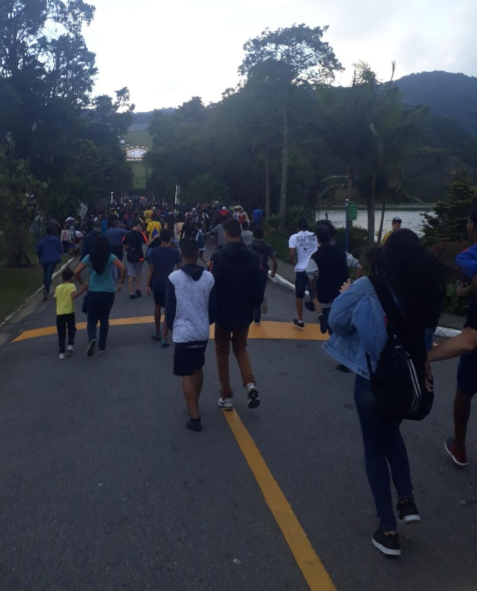 Torcedores da Seleção após passarem pela primeira barreira na sede da CBF. Foto:Kim Oliveira / AgênciaUVA