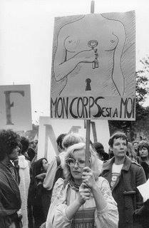 mulher com cartaz
