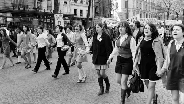 mulheres de maos dadas