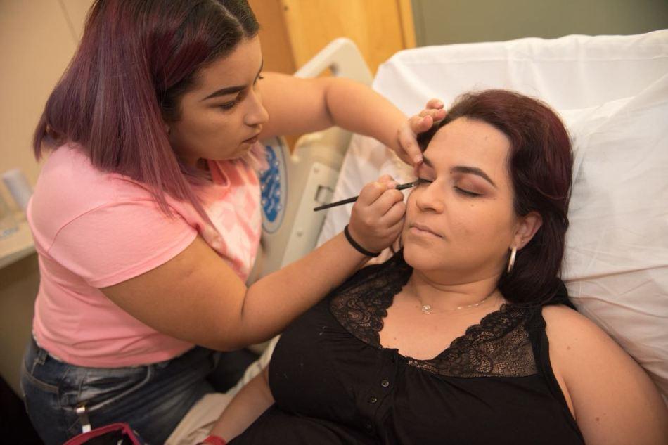 A maquiadora Fernanda Tavares prepara Alice com cuidado, antes da hora de dar à luz. Foto: Divulgação