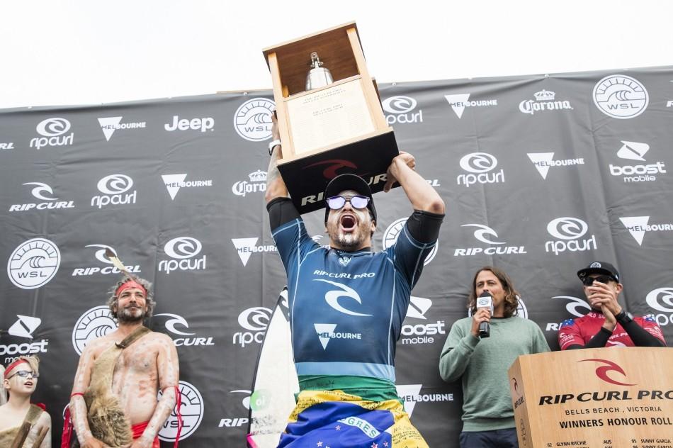 Ítalo Ferreira com seu troféu em Bells Beach. Foto: Divulgação / WSL
