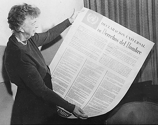 A ex primeira-dama dos Estados Unidos Eleanor Roosevelt com uma versão da Declaração Universal dos Direitos Humanos em espanhol, 1949. Foto: Reprodução