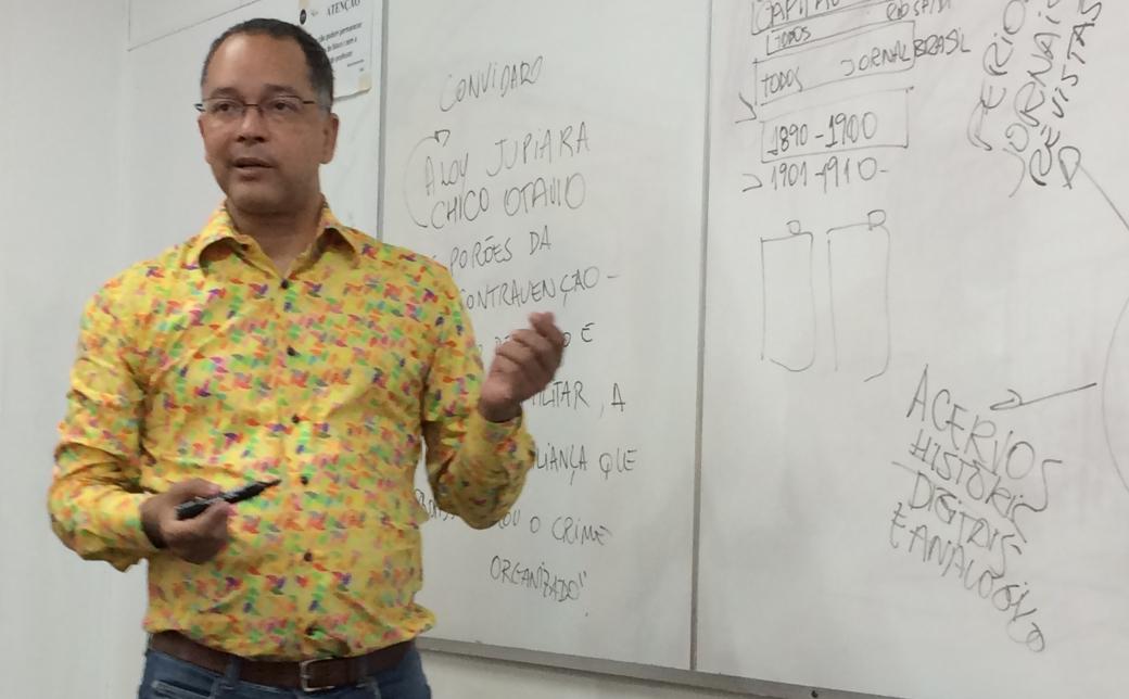 """Jornalista Aloy Jupiara fala sobre o processo de investigação para o livro """"Os porões da contravenção"""" a alunos da UVA. Foto: Patrícia Sá Rêgo / AgênciaUVA"""