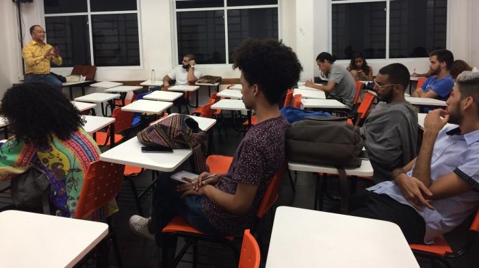 Papo entre jornalista Aloy Jupiara com alunos da disciplina Tópicos especiais em jornalismo especializado, no Campus Tijuca da UVA. Foto: Patrícia Sá Rêgo / AgênciaUVA