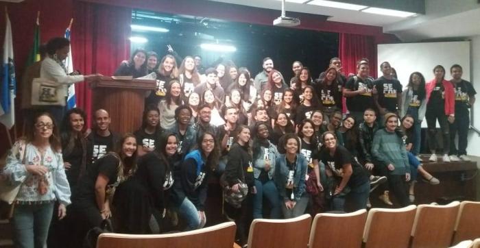 Os organizadores e alunos com palestrantes e professores. Foto: Thayná Duarte / AgênciaUVA
