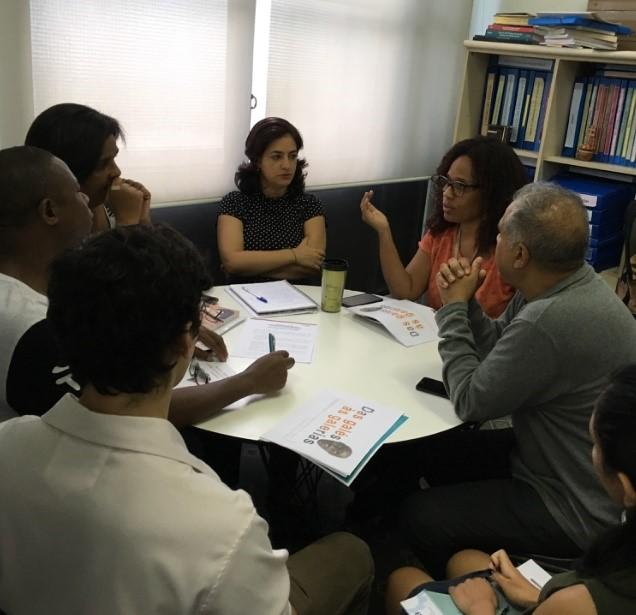 Cláudia Rocha mediando uma reunião em seu espaço de trabalho no museu (Foto - Felippe Naus)
