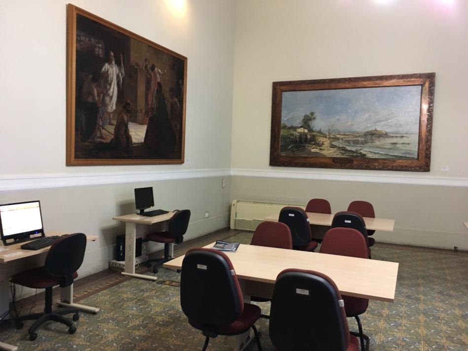Espaço de leitura com novas mesas e cadeiras emoldurada por telas dos pintores Raimundo Cela e Antonio Parreiras. Foto: Felippe Naus