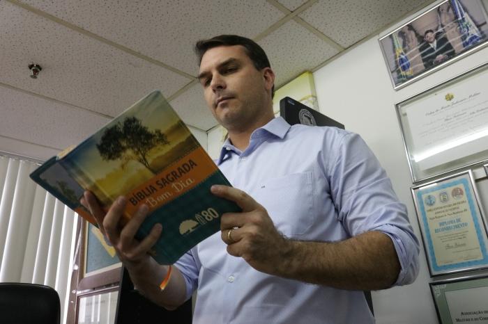 Em seu gabinete na Câmara, Flávio Bolsonaro mantem uma Bíblia. Foto: Fabrícia Sterce