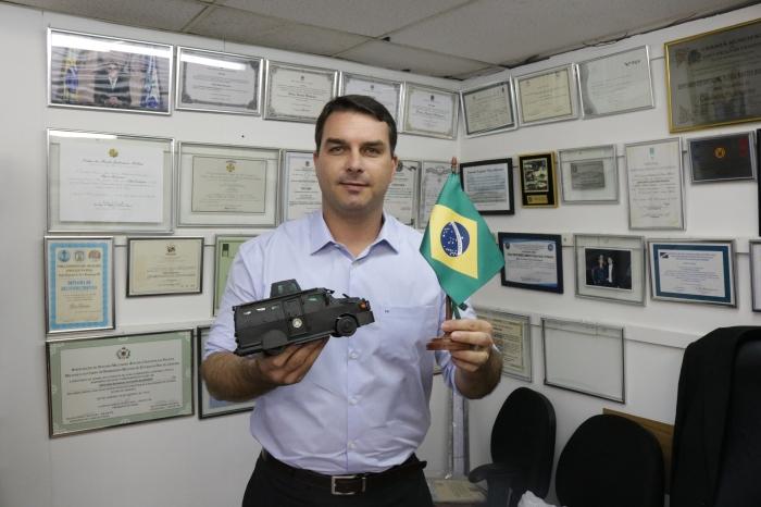 A miniatura do Bope é exibida com orgulho por Flávio Bolsonaro. Foto: Fabrícia Sterce
